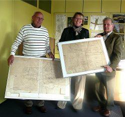 Übergabe von alten Flurkarten an die Bürgermeisterin Frau Mittag im Rathaus durch den ersten Vorsitzenden Leo Meyer (rechts) und Vorstandsmitglied van den Bongard