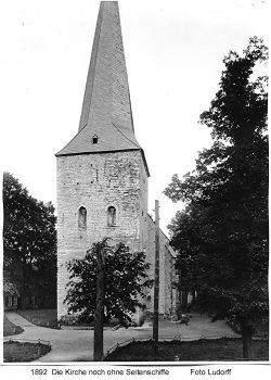 """Altes Foto der Pfarrtkirche Langenberg im Jahre 1892 noch ohne Seitenschiffe mit Blick auf die heute nicht mehr vorhandene Häuserzeile """"Langer Jammer"""" am linken Bildrand (heute Standort des Kriegerehrenmals)"""